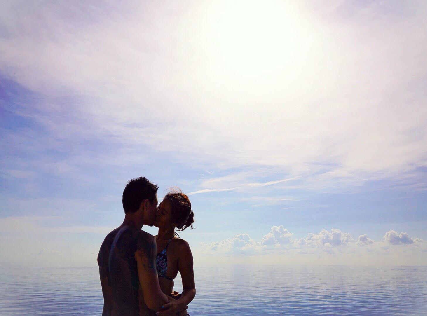 擁抱著彼此,擁抱著天海一線的不真實
