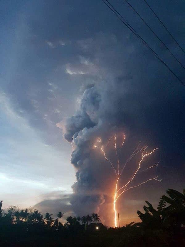 菲律賓觀光勝地活火山噴發,航班全面停擺!